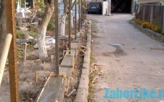 Забор из профнастила своими руками с фундаментом и с углубленными в грунт столбиками