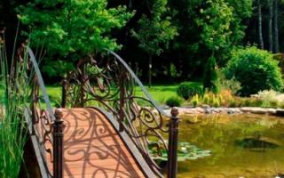 Мостик в водоем: как построить декоративный выгнутый мост через ручей своими руками
