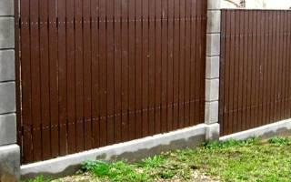 Как сделать забор на участке с уклоном: виды и строительство ограды из профнастила