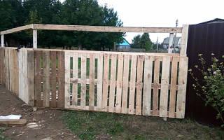 Как построить забор из дерева (поддонов, досок и других материалов) своими руками — пошаговая инструкция с фото, видео и чертежами