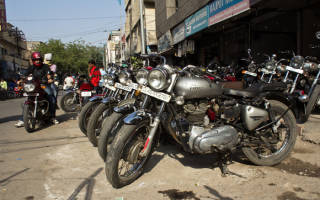 Семь человек и три животных едут на мотоцикле в Индии